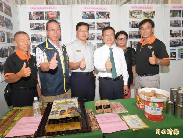 彰化縣長魏明谷(左4)參觀獲內政部特優社區成果展。(記者湯世名攝)