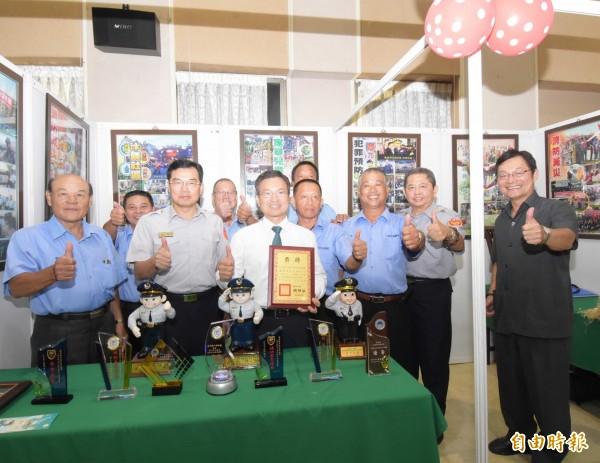 彰化縣長魏明谷(左3)參觀縣警局特優成果展。(記者湯世名攝)