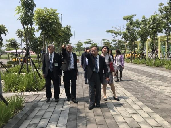 高醫院長侯明鋒(左三)帶領團隊勘查高醫岡山醫院基地。(記者黃佳琳翻攝)