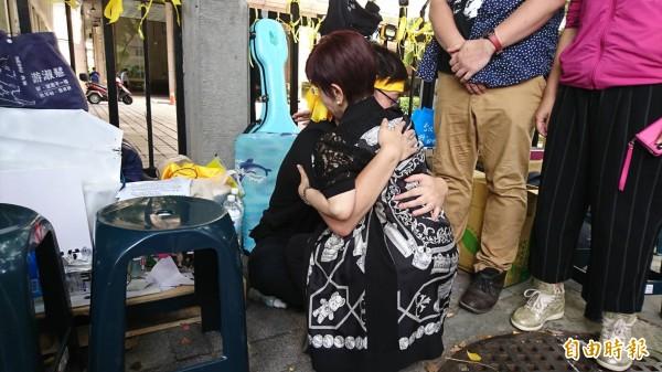 前國民黨主席洪秀柱今日中午前往探視正在絕食抗議的「以核養綠」公投提案領銜人黃士修,親自給予「愛的抱抱」加油打氣。(記者陳鈺馥攝)