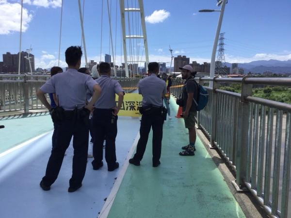 獲報綠色和平在新月橋吊掛,新北警方到場了解。(圖由新北市政府提供)