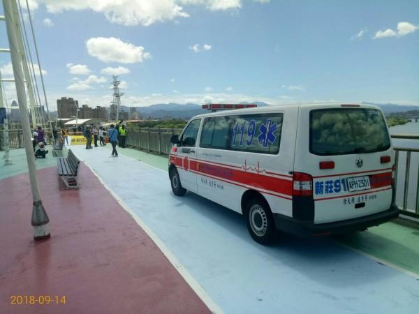 獲報綠色和平在新月橋吊掛,新北警方到場了解,救護車也到場戒護。(圖由新北市政府提供)