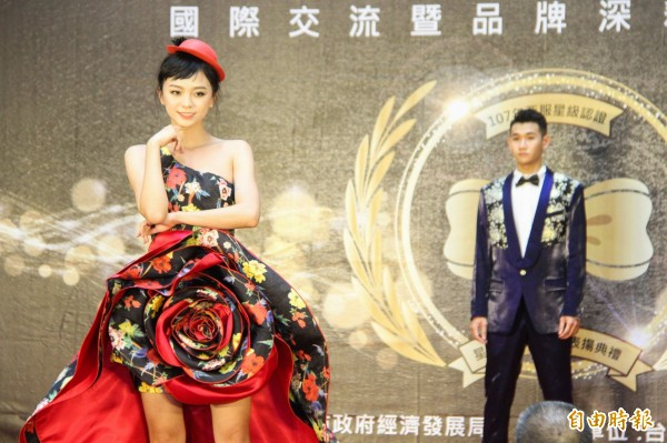 中市西服星級達人技藝競賽,模特兒穿上世界得獎作品走秀。(記者黃鐘山攝)