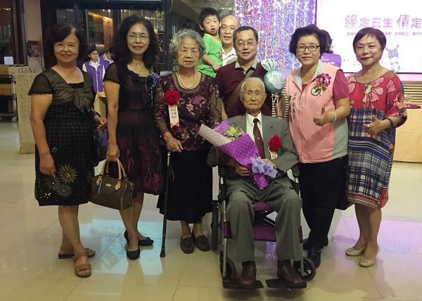 國光里92歲林國琛(圖前)與87歲妻子林王晟(左三)結褵已70年。(記者張瑞楨翻攝)
