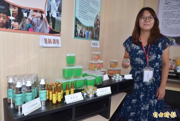 長榮大學推動在地農創,開發一系列的防蚊產品,頗受矚目。(記者吳俊鋒攝)