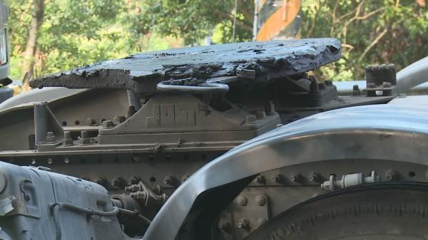 139線又傳事故,滿載磚塊的拖板車疑扣住拖板的拉桿突然斷裂,車頭、車身分離。(記者湯世名翻攝)