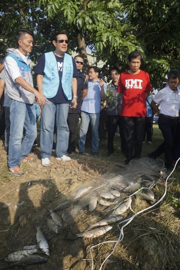 馬英九前往梓官區關心漁民生計問題。(記者黃佳琳攝)