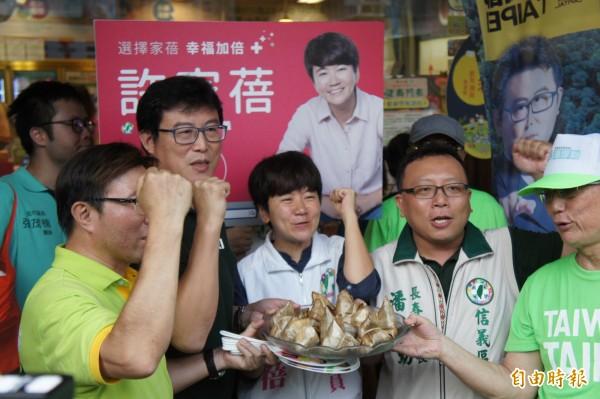 民進黨台北市長參選人姚文智下午赴市場拜票。(記者黃建豪攝)