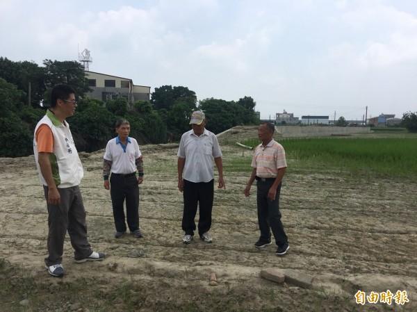 稻田鄰六腳大排處的表土遭洪水沖走,地方人士指是天災加人禍。(記者蔡宗勳攝)