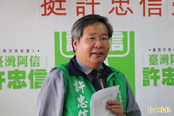 無黨籍台南市長參選人許忠信今提出增設藍色公路海陸接駁轉運站,打通台南觀光車流堵塞的問題。(記者萬于甄攝)