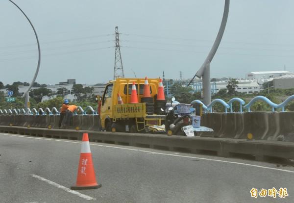 高屏大橋忙著施工封閉部分車道。(記者葉永騫攝)