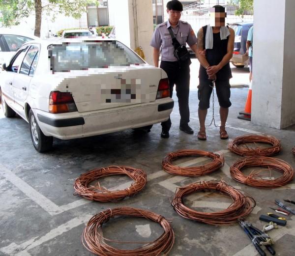 南投縣警察局竹山分局逮獲偷竊台電公司電纜線的陳姓主嫌,起出大批被竊的電纜線。(記者謝介裕翻攝)