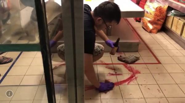 彰化市蛋黃酥名店「不二家」遭男闖入潑漆,店家趕緊清理。(民眾提供)