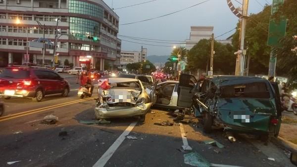南投市許多汽車撞成一團情形。(記者謝介裕攝)