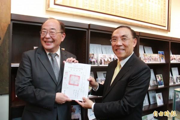 法務部長蔡清祥(右)回彰化地檢署視察,見到35年前任內的起訴書,覺得感動。(記者陳冠備攝)