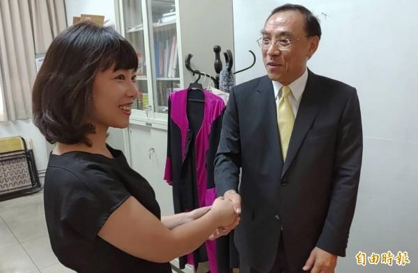 彰化地檢署起訴首宗賄選案,法務部長蔡清祥(右)特別到主辦檢察官姚玎霖(左)辦公室,希望她再接再厲。(記者陳冠備攝)