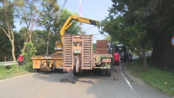 滿載磚塊拖板車稍早曾在139線突然故障,沒想到更換車頭載運原車身後,晚間又在南投發生重大事故。(記者湯世名翻攝)