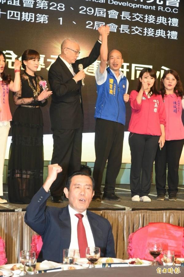 吳敦義舉起韓國瑜的手高喊凍蒜,台下的馬英九也舉手高呼。(記者張忠義攝)