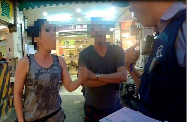 司機太太不滿丈夫被開單,嗆警做黑的,被依妨害公務逮捕。(記者王捷翻攝)