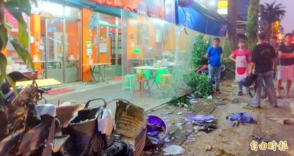 南投市知名小吃店「阿珠扣仔嗲」門前,散落一堆汽機車零件情形。(記者謝介裕攝)