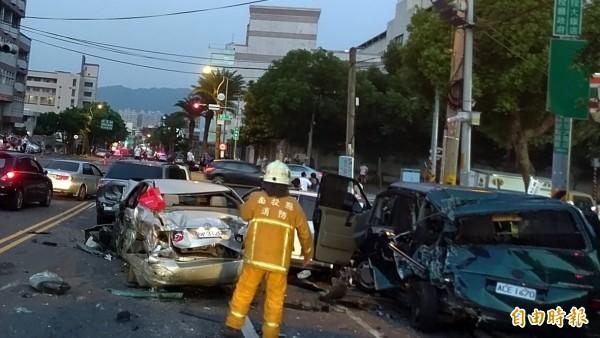南投市運磚車釀成重大車禍,許多自小客車被撞成一團。(記者謝介裕攝)