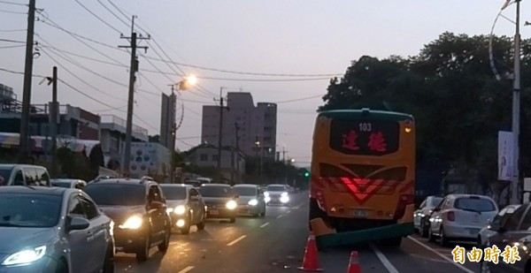 南投市運磚車釀成重大車禍,連彰化達德工商校車也被波及。(記者謝介裕攝)