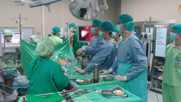高醫移植團隊進行高雄首例無心跳器捐移植手術。(記者方志賢翻攝)