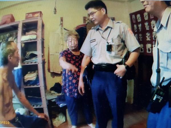 葉母(左二)報警逮捕兒子(左一)。(記者洪定宏翻攝)