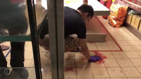 彰化市蛋黃酥名店「不二家」,昨晚突然有1名男子闖入潑漆,店家趕緊清理。(記者湯世名翻攝)