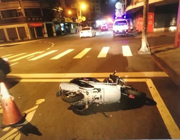 警方獲報到場只留一部倒在路中的機車。(記者蔡清華翻攝)