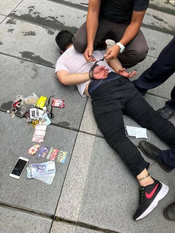 蔡姓車手被警方當街制伏逮捕。(記者許國楨翻攝)
