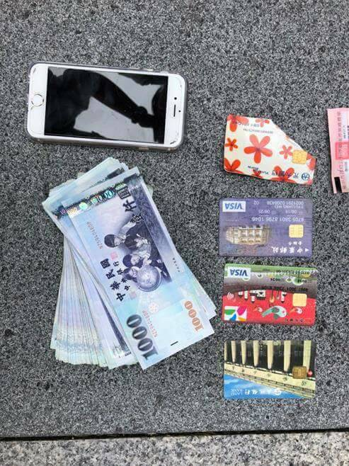 警方在蔡男身上起出多張金融卡及贓款。(記者許國楨翻攝)