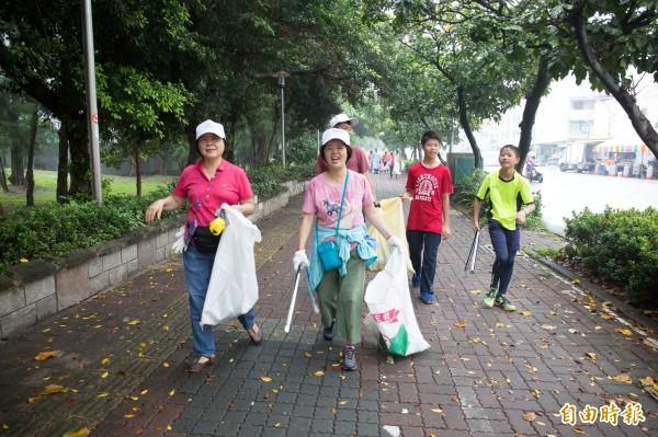 300多名志工到旗津撿垃圾。(記者黃旭磊攝)