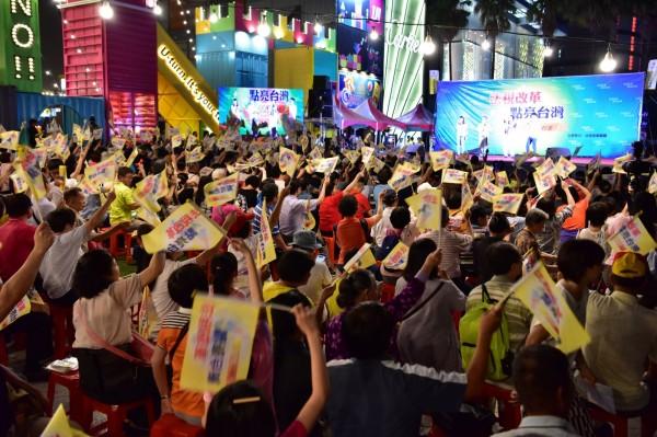 近兩千民眾參加「Young Power 法稅改革點亮台灣」晚會,民眾揮舞旗幟,表達對法稅改革的期待。(法稅改革聯盟提供)