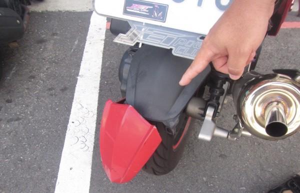 有機車車主隔天發現愛車擋泥板破損報警。(記者許國楨翻攝)