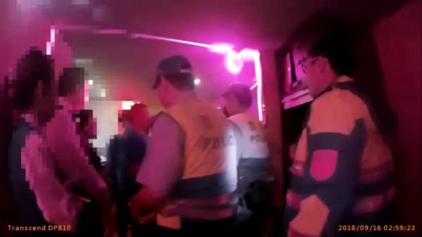 警方到場後隨即控制現場,將鬧事的10人帶回偵辦。(記者曾健銘翻攝)
