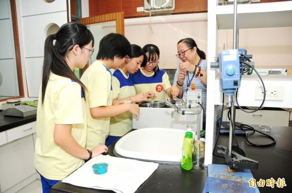 靜宜大學舉辦「高中職生職涯探索扎根」研習營,化科系教導學生製作彩色果凍皂。(記者歐素美攝)