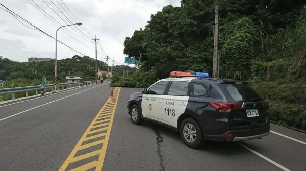 警方在現場加裝三角錐並以警車封一個車道交管。(記者李容萍翻攝)