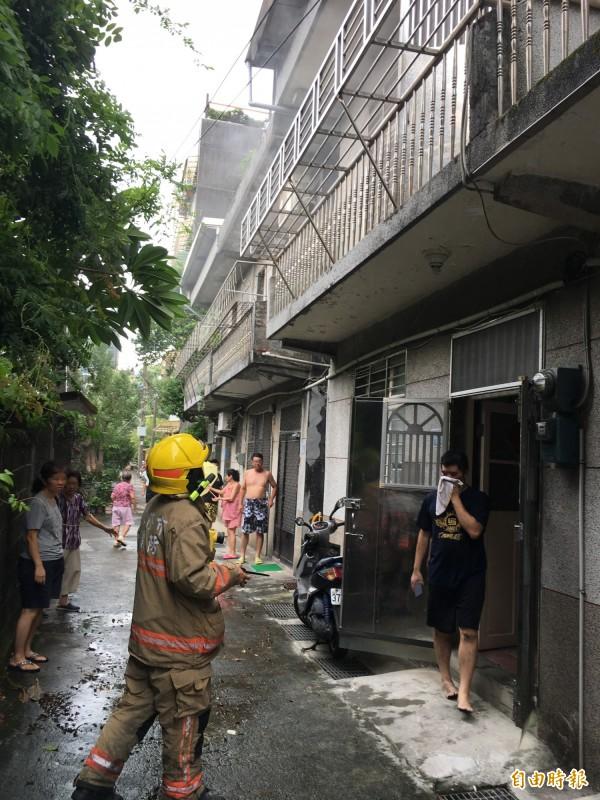 除濕機起火,二樓冒出濃煙(記者吳昇儒攝)