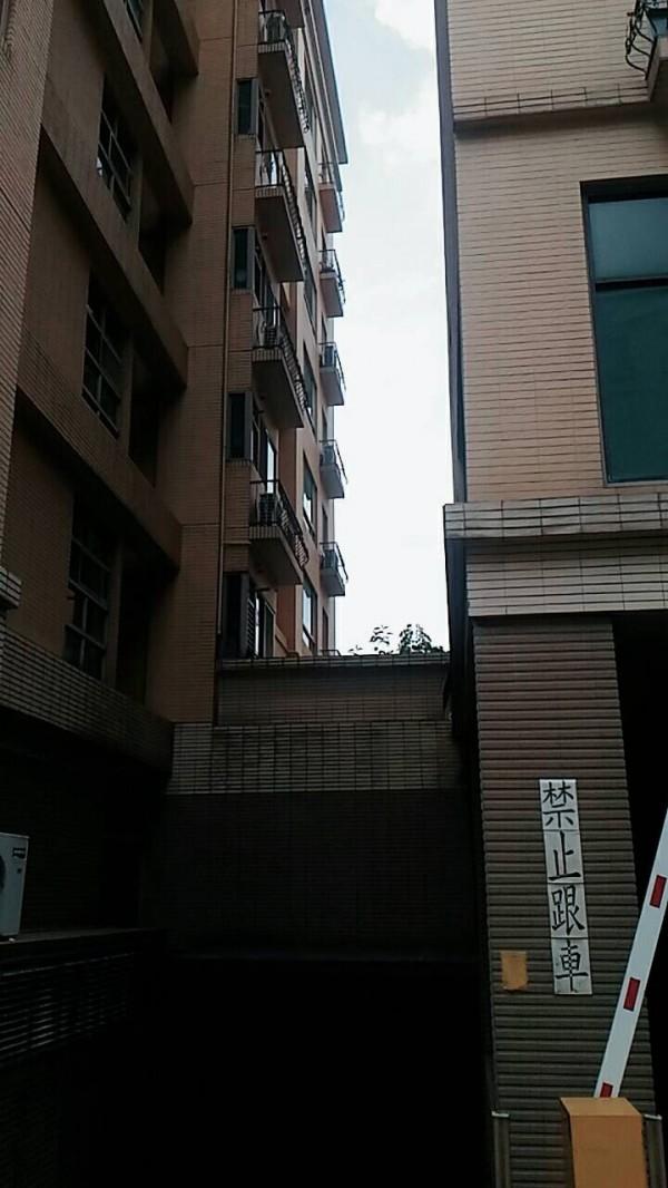 蔡姓粗心媽媽外出烘衣,獨留5歲女兒在家,從6樓墜落2樓露台(見圖),疑撞擊雨遮緩衝,讓女童救回一命,但仍昏迷救治中。(記者吳仁捷翻攝)