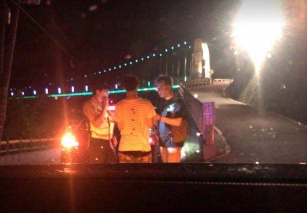 瑞芳警分局十分派出所警員蕭育宏迅速到場協助(記者吳昇儒翻攝)
