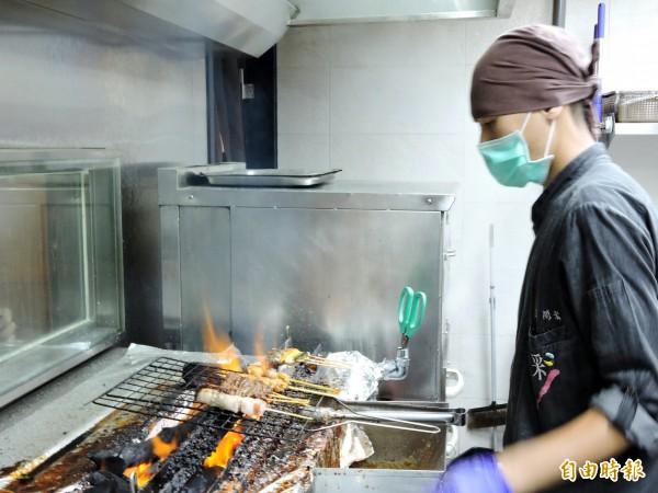 主廚必須精準掌握炭烤的火候與時間。(記者張菁雅攝)