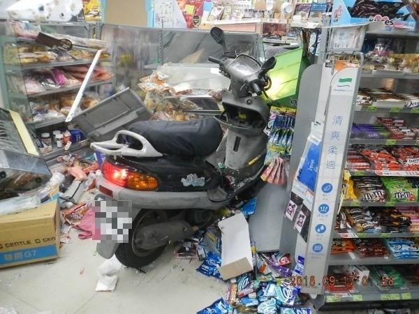 張男機車撞進超商,卻「屹立不搖」!(記者王冠仁翻攝)
