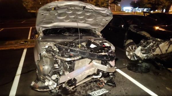 陳男駕駛的銀色車子車頭也幾近全毀。(記者歐素美翻攝)