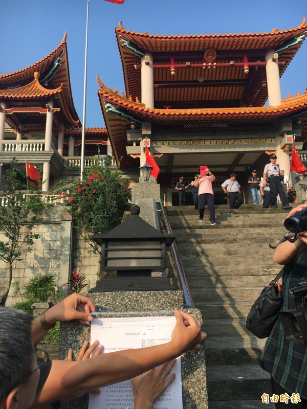 「五星廟」被貼上違建公文。(記者顏宏駿攝)