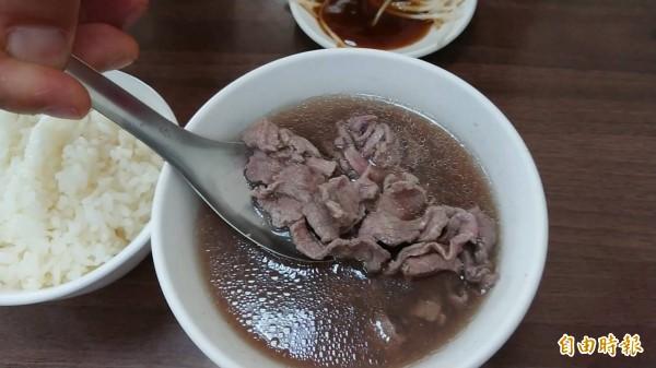 「助仔牛肉湯」鮮美好滋味,略帶紅粉嫩色澤的7分熟度最好吃。(記者洪瑞琴攝)