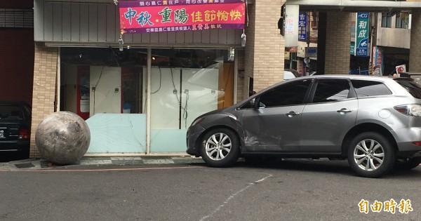 巨大水晶球撞上一旁的休旅車之後停下。(記者吳昇儒攝)