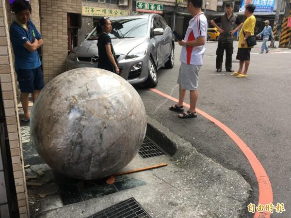 水晶球引起巨大聲響,吸引附近民眾前往察看。(記者吳昇儒攝)