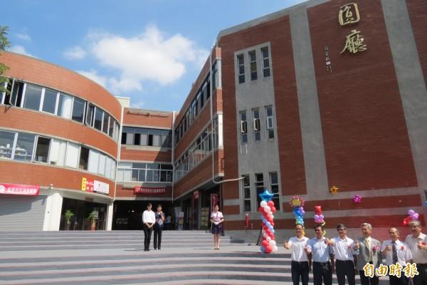 興大38年老建物變身最狂校園餐廳,有美食街、連鎖咖啡進駐。(記者蘇孟娟攝)