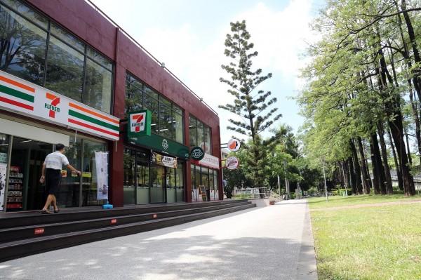 興大38年老建物變身最狂校園餐廳,有美食街、連鎖咖啡進駐。(興大提供)